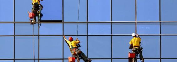 Nettoyer les vitres avec des solutions naturelles